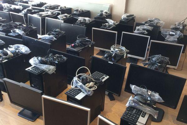 Lundi 18 mai, 43 ordinateurs ont été collectés et stockés à Albert (80) avant d'être distribués dans le département.