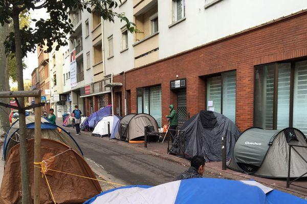Une cinquantaine de personnes sans-abri ont planté leurs tentes devant la veille sociale à Toulouse.