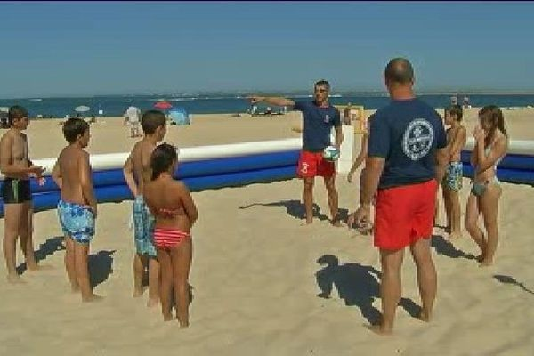 Une structure gonflable a été montée sur la plage pour le beach rugby.