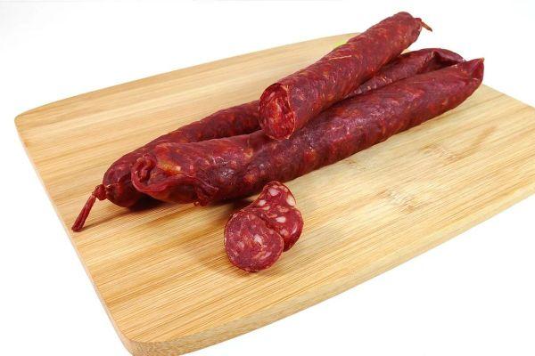 Le chorizo est un saucisson demi-sec d'origine espagnole, assaisonné et coloré au piment doux.