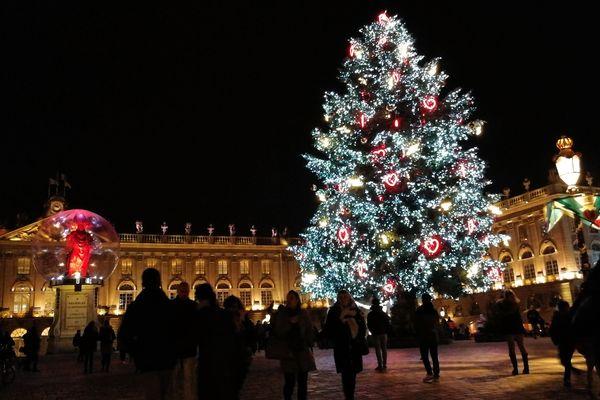 Le sapin de Noël trône fièrement sur  la place Stanislas
