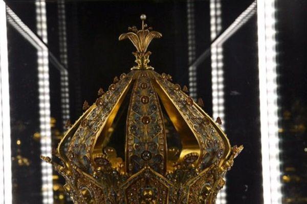 Le musée d'Art Religieux de Fourvière : la couronne de la Vierge était exposée au public. Cette pièce en or et émail est ornée de séraphins et d'un lys marial placé au sommet.