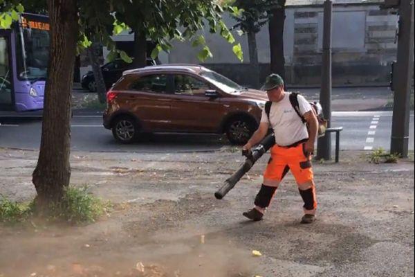 D'ordinaire, les agents techniques peuvent utiliser librement une souffleuse à feuilles, afin de faciliter leur travail de ramassage.