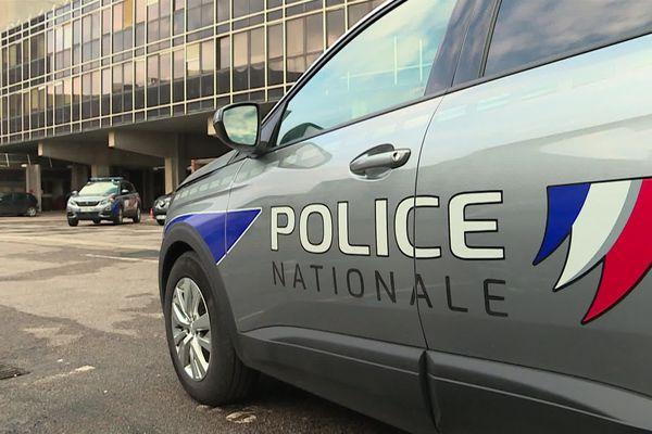 Une voiture de police dans la cour de l'hôtel de police de Rouen