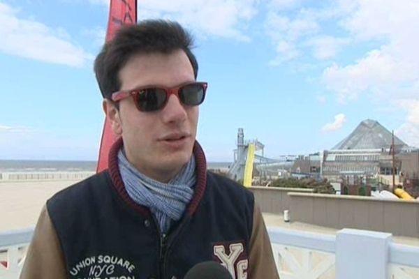 L'habillement type de ces premiers jours des vacances de Pâques : lunettes de soleil et manteau !