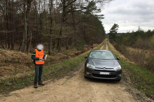 À Ingrannes (Loiret), un agent de l'ONF verbalise le conducteur de cette voiture, qui circule sur une route forestière fermée. 135 euros d'amende.