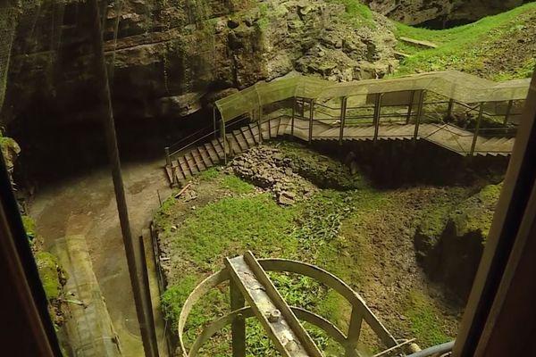 Image inhabituelle en cette saison : les escaliers d'accès au gouffre de Padirac, qui descendent à 103 mètres sous terre, sont totalement déserts.