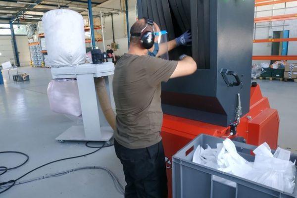 A Châtellerault, l'entre prise Plaxtil récupère, décontamine et recycle les masques chirurgicaux utilisés pour se protéger du Covid-19.