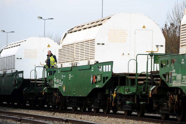 Un convoi de déchets nucléaires photographié le 22 novembre 2011 dans la Manche