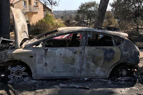Des carcasses de voiture à Grabels le lendemain de l'incendie - 7 septembre 2017