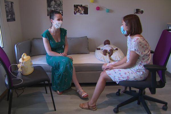 Joy, jeune maman et Marion Colombe, consultante en lactation, à l'espace santé de Sylvains-Lès-Moulins