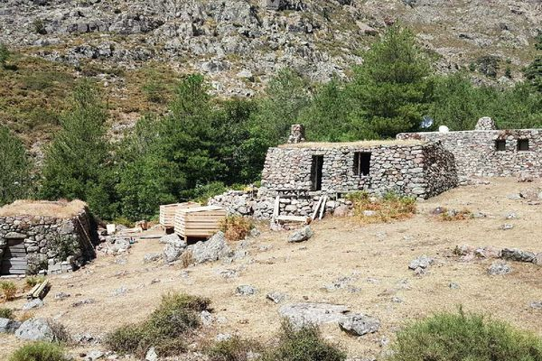 Au refuge de Puscaghja, en Haute-Corse, quatre jeunes étudiants construisent des bacs pour trier les déchets.