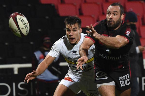 Lyon, grâce à la botte de son ouvreur Jonathan Wisniewski qui a passé dix-sept points, s'est imposé (22-18) contre le leader, La Rochelle, samedi 5 décembre au stade de Gerland lors de la 11e journée de Top 14.