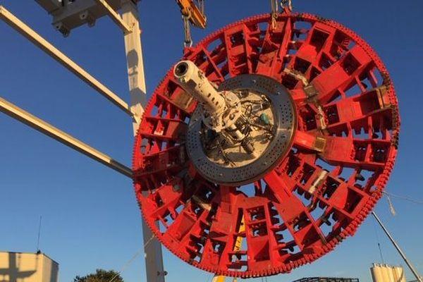 Sur le chantier du prolongement de la ligne de métro B à Lyon ... la roue de coupe de 10 mètres de diamètre du tunnelier au moment de sa descente au fond de son puits de lancement ce mardi matin pour être emboîter au tunnelier (1/10/19)