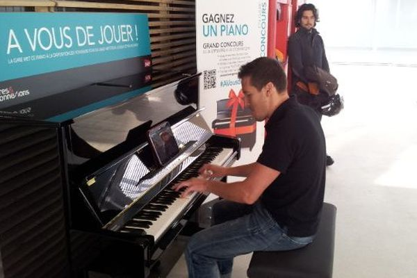 Depuis ce jeudi 6 novembre 2014, un piano a pris ses quartiers dans la gare de Montpellier et tout le monde à le droit d'y jouer