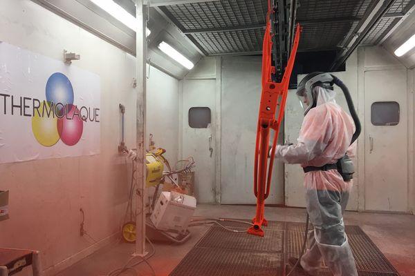 La thermolaque réalisée à Anould dans les Vosges permet d'éviter les solvants et les bains de peinture.