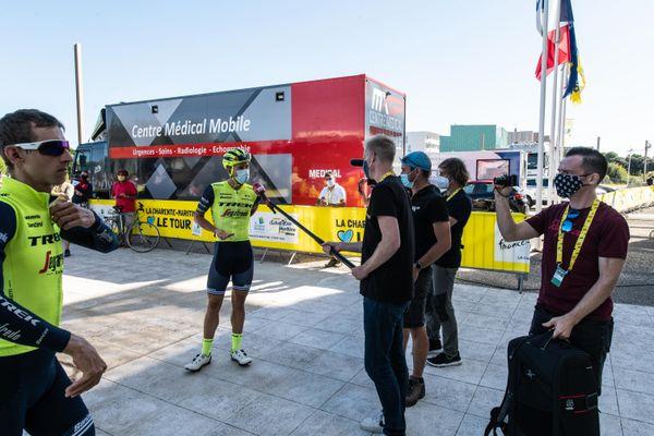 Les coureurs du Tour de France devant le Conseil départemental de Charente-Maritime.