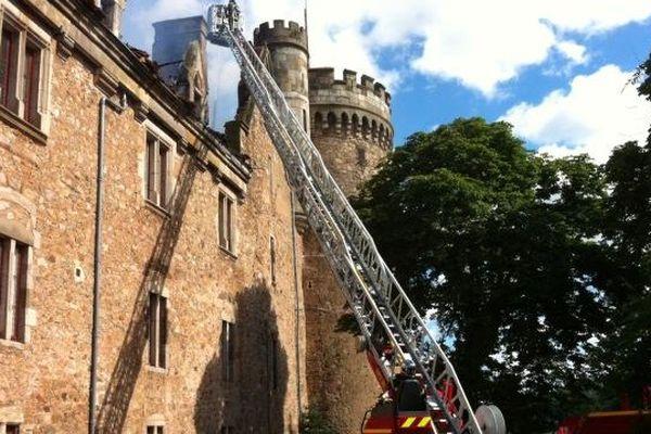 Le feu s'est déclaré aux alentours de 13 heures, mardi, dans la tour carrée du château de Paulhac (Haute-Loire). D'importants moyens ont été mis en oeuvre pour maîtriser les flammes qui ont déjà embrasé la toiture et le premier étage du Monument Historique.