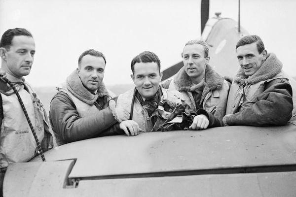 Jan Zumbach (au centre), aux côtés de ses camarades du 303 Squadron de la Royal Air Force en octobre 1940 : Miroslaw Feric et Bogdan Grzeszczak (à gauche) ; Zdzisław Henneberg et le chef d'escadrille canadien John Kent (à droite).