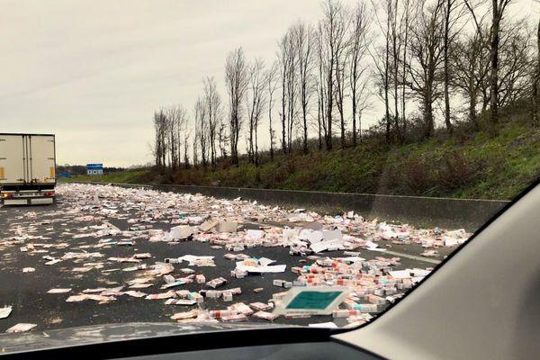 Un camion a perdu son chargement de cookies sur l'A83 vers Montaigu en Vendée ce 26 janvier après avoir frotté contre la pile d'un pont
