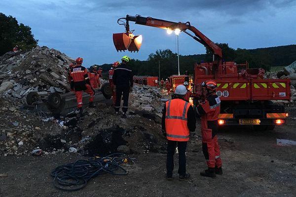 """31 mai 2018 : important exercice """"Sauvetage et Déblaiement"""" à Yainville (Seine-Maritime). Les sapeurs-pompiers mettent en œuvre des moyens de levage pour dégager une victime ensevelie et incarcérée."""