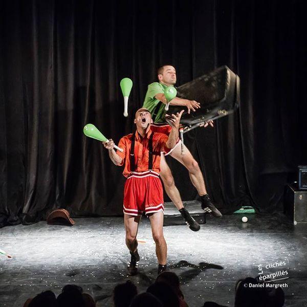 Yorrick Tabuteau (en haut !) dans un des numéros de la compagnie de jonglerie Les Zigomatiks