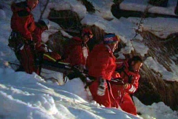 Les sauveteurs redescendent la petite fille qui a passé près de 2 heures dans l'avalanche, le 17 février 2015