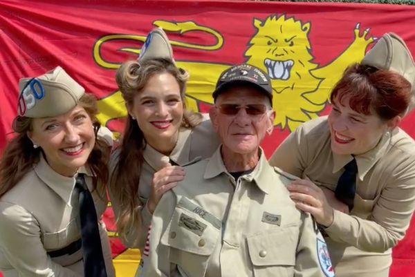 Tom Rice devant le drapeau de la Normandie pour son anniversaire, le 15 août à Coronado, Californie.
