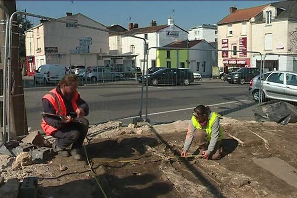 Les archéologues viennent de trouver des vestiges d'un ancien cimetière dans le quartier de l'hôtel de ville à Rezé.