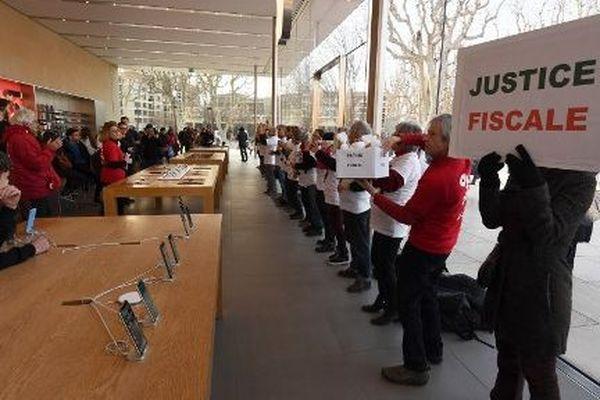 Les militants d'Attac sont entrés dans l'Apple store d'Aix-en-Provence pour dénoncer l'évasion fiscale de l'entreprise.