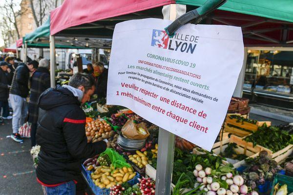 Les marchés de Lyon (comme ici à la Croix-Rousse le 24 mars) sont annulés car la préfecture estime que l'offre alimentaire est suffisante dans la ville.