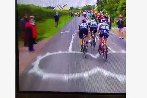 """Capture d'une vidéo Vine: pas sûr que les coureurs, lancés à vive allure, aient aperçu ce samedi la """"décoration"""" de la route"""
