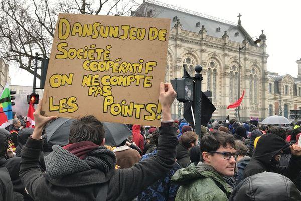 Une des pancartes que l'on a pu voir dans la manifestation à Rennes, qui aurait réuni au moins 6 000 personnes selon la police