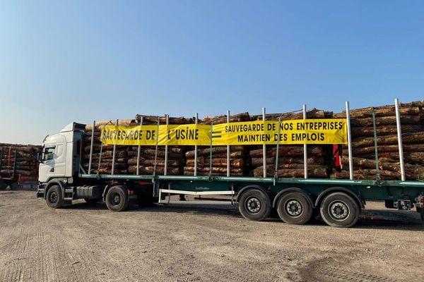 Les forestiers à leur tour manifestent contre la grève des salariés de l'usine Fibre Excellence à Tarascon.