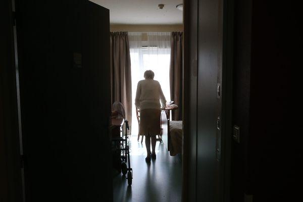 Une résidente dans sa chambre à l' EHPAD