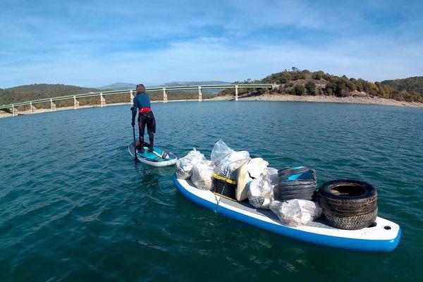Le paddle, un nouveau mode de déplacement pour ramasser les déchets en mer.