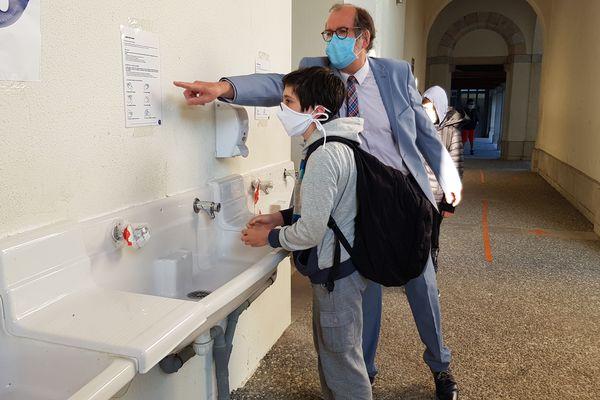 En arrivant au collège, chaque élève commence par se laver soigneusement les mains