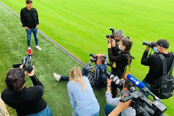 A près la conférence de presse, Enzo Zidane s'est prêté avec le sourire à une séance photo-vidéo en bord de terrain.