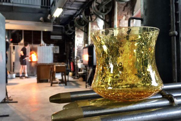 Le photophore Lumina est réalisé en verre craquelé.