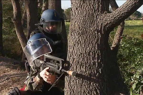 Les gendarmes en exercice à Argelès dans les Pyrénées-Orientales. Le scénario : des terroristes ont pris 50 vacanciers en otage dans un camping.
