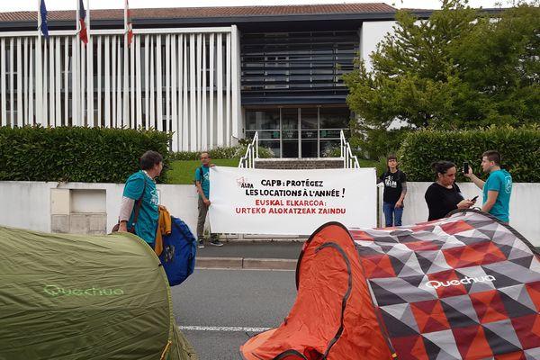 Le collectif Alda a installé des tentes symboliquement devant l'antenne de l'agglomération Pays basque à Urrugne pour dénoncer l'inflation des locations saisonnières au détriment des locations à l'année.