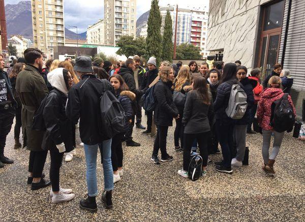 Au lycée des Eaux-Claires, les élèves boycottent ce matin les épreuves d'anglais.