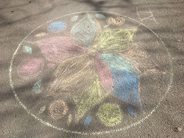 Un mandala colorié par un enfant.