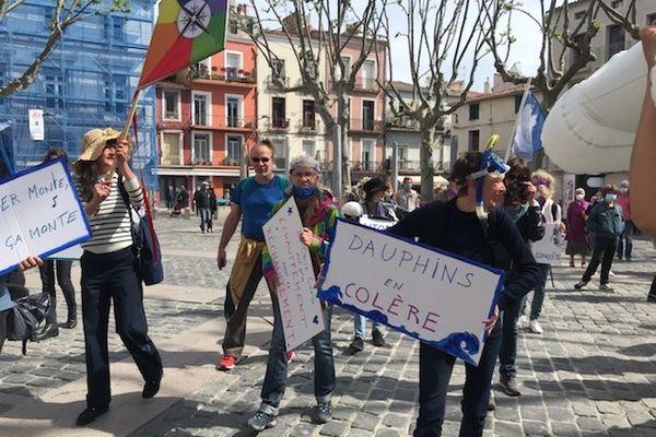 A Sète, lors de la marche pour le climat, les manifestants étaient munis de masques, de tubas et de bouées pour dénoncer la montée des eaux - 9 mai 2021