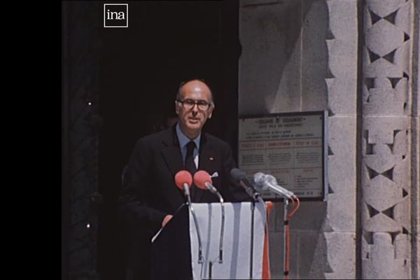Le président Valéry Giscard d'Estaing devant l'ossuaire de Douaumont (Meuse), le 14 juin 1976, pour le 60e anniversaire de la bataille de Verdun.