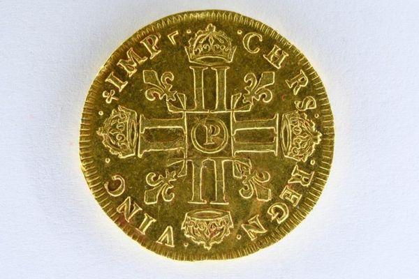 Le revers du louis d'or à l'effigie de Louis XIV jeune, mis en vente aux enchères le 29 septembre par Ivoire à Angers
