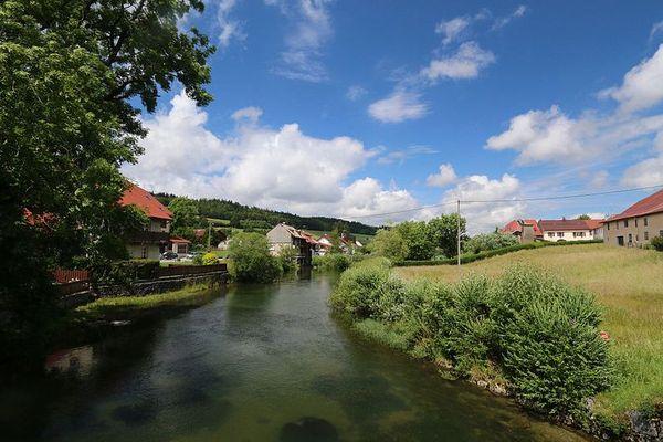 La rivière du Doubs, qui donne son nom au département, prend sa source à Mouthe.