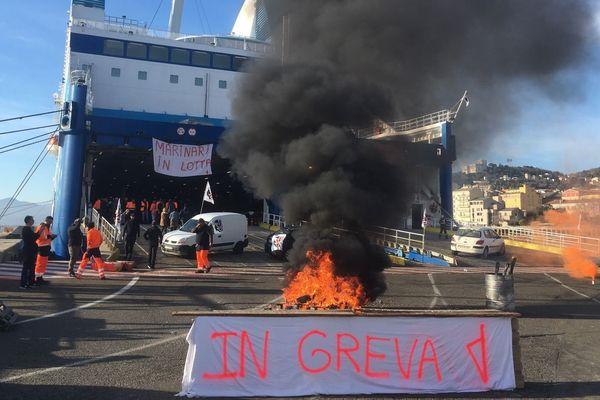 Les marins manifestent devant le Piana au port de Bastia