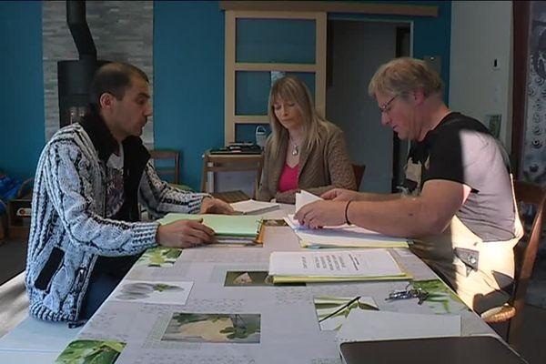 Jean-Philippe Albert et Isabelle Gilles en compagnie de Pascal Lorente (association de consommateurs, CLCV) venu les aider.