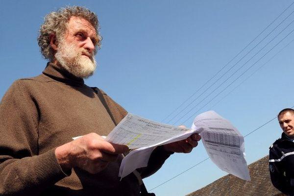 Joseph Gaudin est en grève de la faim à Grez-en-Bouère depuis le 26 septembre pour tenter de débloquer le processus d'indemnisation de son exploitation polluée par les PCB, photographié ici en mars 2012